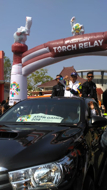 Api dibawa oleh mantan atlet Tenis Nasional Yustejo Tarik menuku ke Prambanan melewati Semarang