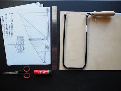 foto dall'alto degli strumenti necessari per a costruzione di un modellino di barca a vela