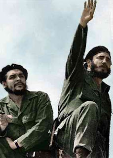 Στη φωτογραφία εικονίζονται οι ηγέτες της επανάστασης Τσε Γκεβάρα (αριστερά) και ο Φιντέλ Κάστρο (δεξιά) το 1961.