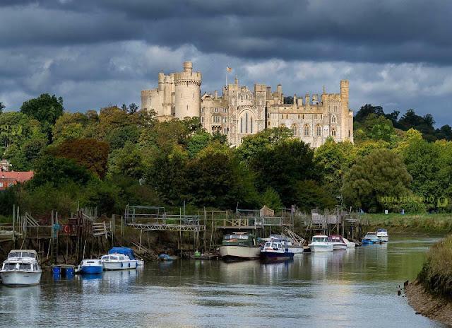 lâu đài arundel nằm bên bờ sông