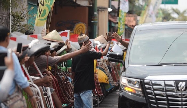 Datangi Rumah Tokoh PPP Yogya, Prabowo Disambut Deretan Tukang Becak