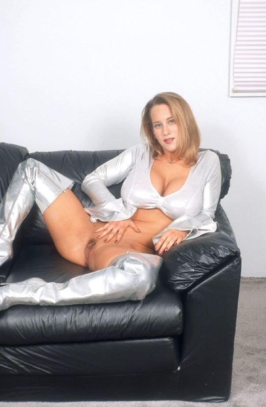 cewek bule pirang lagi pose seksi pamer toket gede dan memeknya di atas sofa,tante girang seksi payudara gede montok