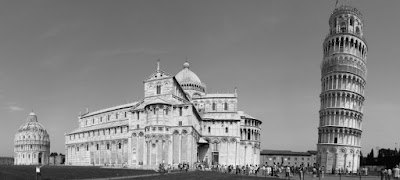 La torre de Pisa junto al Baptisterio y a la Iglesia.