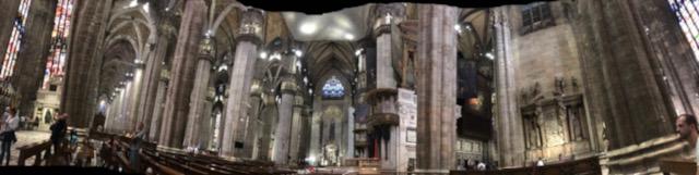 イタリア・ミラノのドゥオーモ内部をパノラマ撮影
