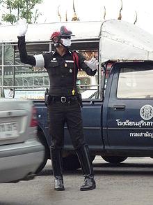 Polisi yang sedang mengatur lalu lintas di Thailand