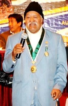 Foto del Indio Mayta hablando en un escenario