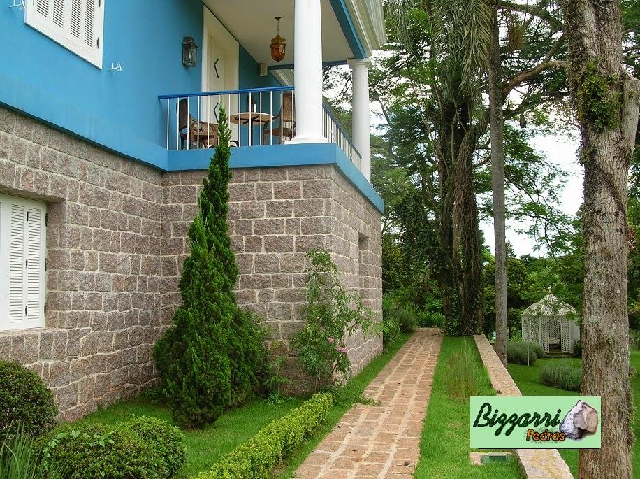 Junto a sede da Fazenda em Bragança Paulista-SP executamos o caminho de pedra com pedra folheta, as paredes e os muros de pedra com execução do paisagismo.