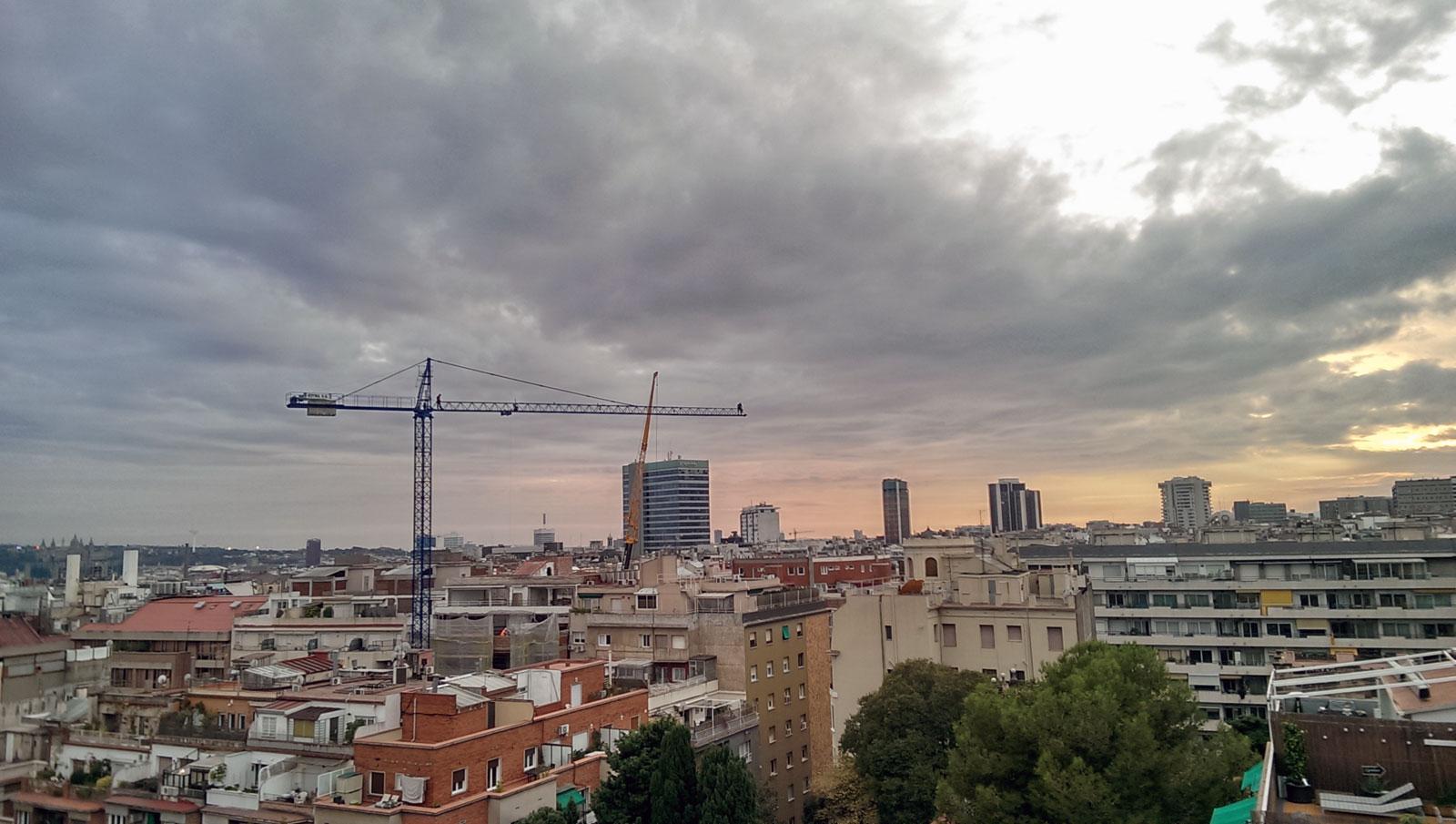 grua que monta grua; muntaner-porvenir, barcelona, domingo 13/11/2016