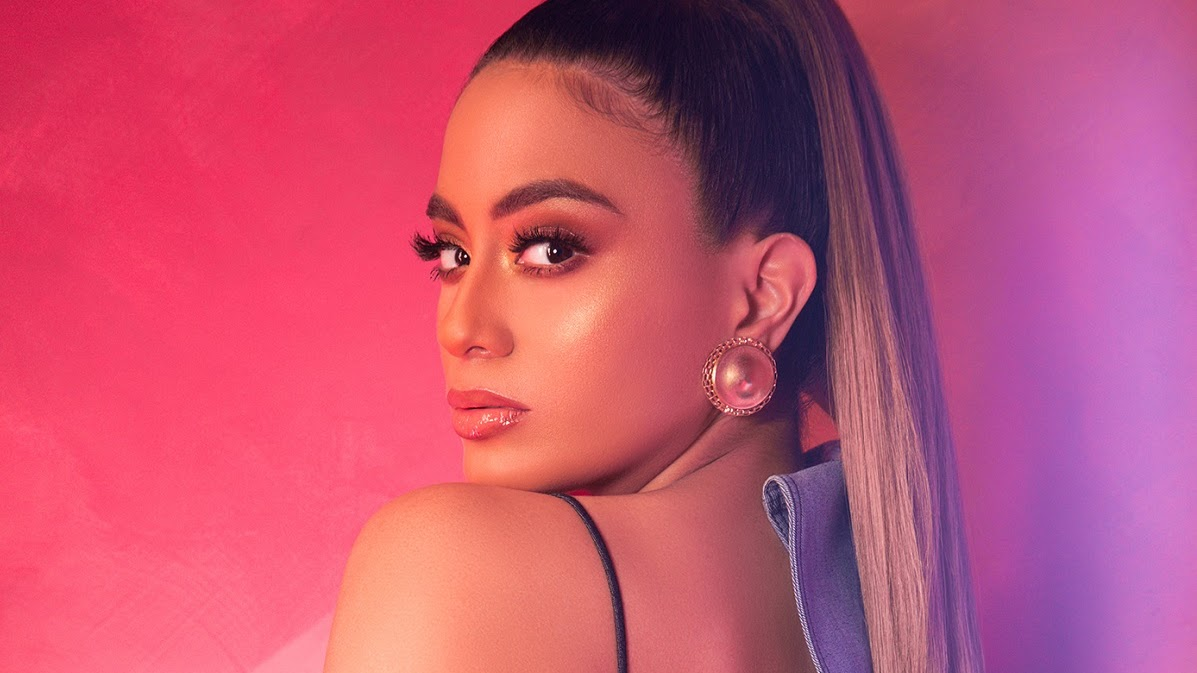 """Durante a sua vinda ao Brasil, a cantora contou pra gente tudo sobre o novo single """"Low Key"""", a liberdade de ser uma artista solo, sua opinião sobre grupos de K-Pop e até a vontade de fazer um feat com a Anitta."""