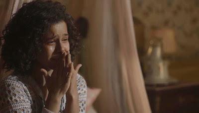 Inês (Gabriella Saraivah/Carol Macedo) se desespera ao ler cartas de Shirley (Barbara Reis) — Foto: Globo