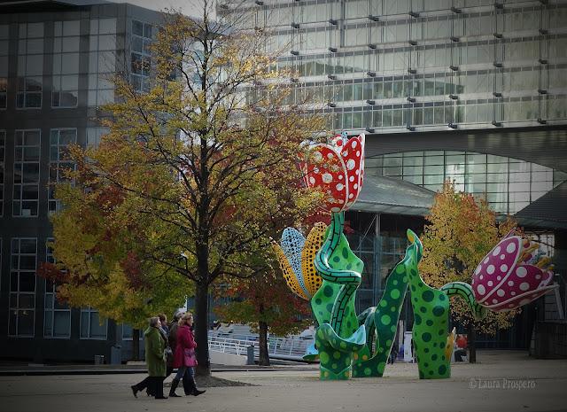 Les tulipes de Shangri-La, obra da artista Yayoi Kusama - Esplanade François Mitterrand em Lille
