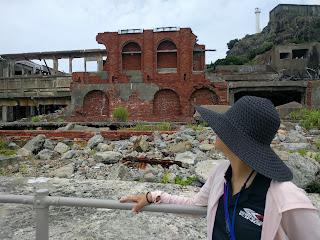黒い麦わら帽子を被って廃墟を見る私
