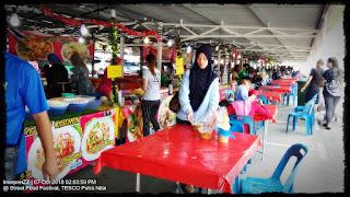 Gambar Kerabu Suhun, Kerabu Kaki Ayam, Mee Celup, Kerabu Maggi. Gadis duduk di meja. Gadis beli makanan. Alas meja merah.