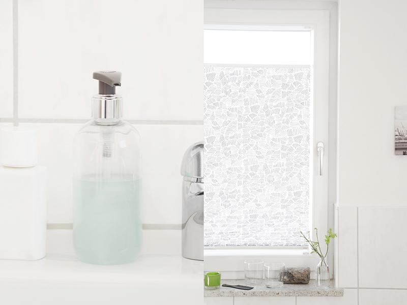 Einblicke ins Bad mit Dekotipps: Weißes Bad wohnlich dekorieren mit Textilien, Souvenirs, frischem Grün und hübschen Alltagsgegenständen. Tasteboykott.