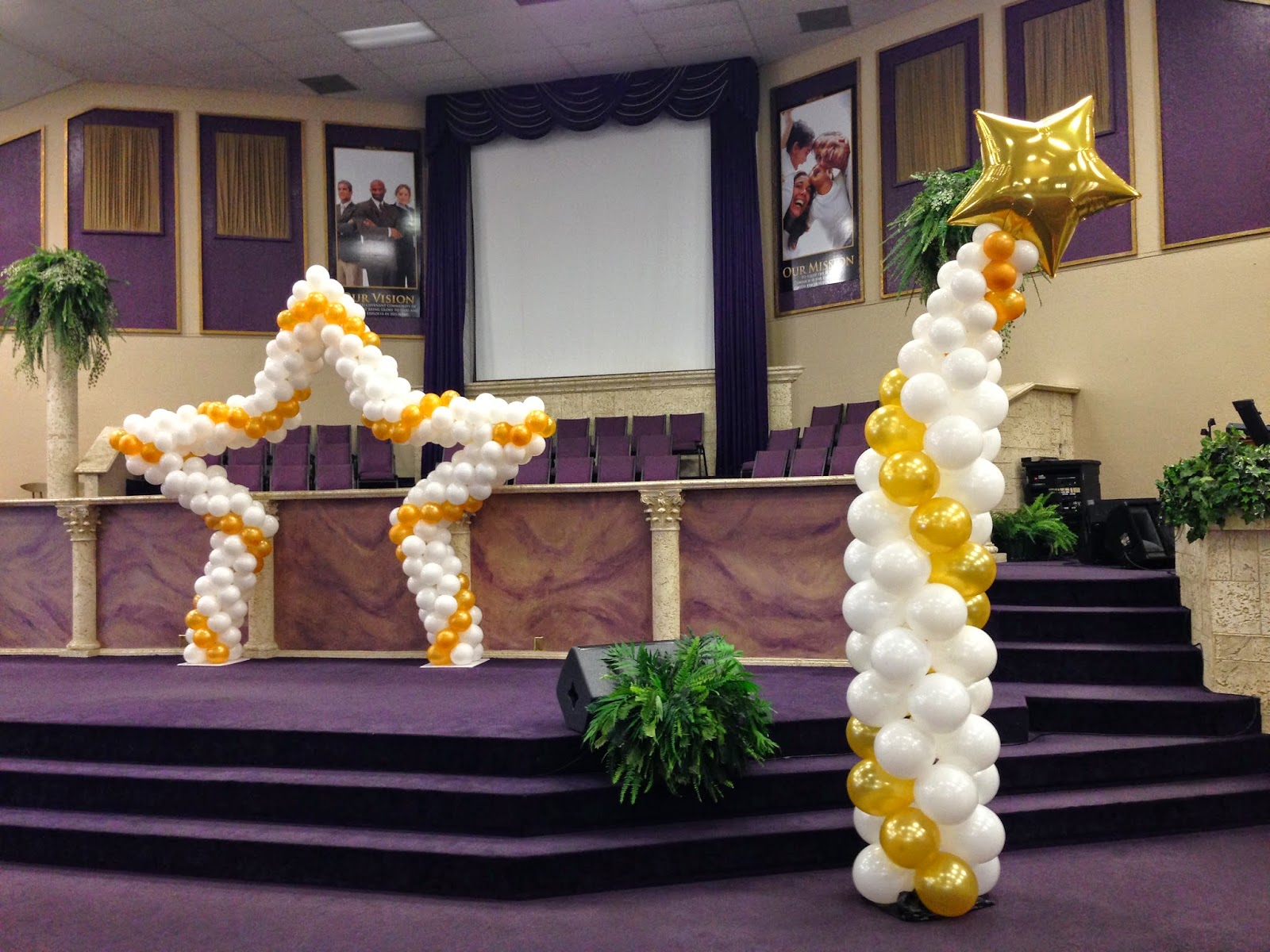 Balloon column with star and balloon arch with star shape