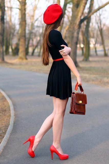 Combinacion de vestido negro con rojo