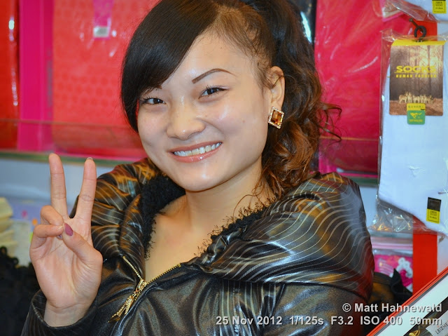 people, street portrait, East Asia, China, V sign, Chinese beauty, Chinese woman, © Matt Hahnewald, Facing the World, 50 mm prime lens, Guiyang, Guìzhōu Province