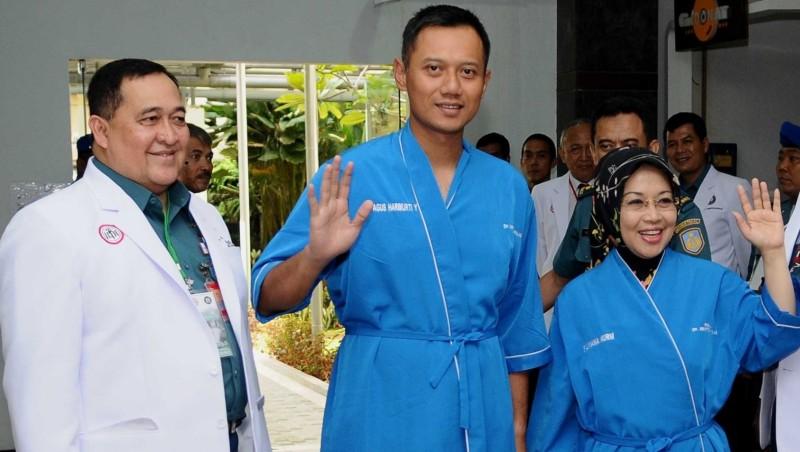 Agus Harimurti Yudhoyono-Sylviana Murni saat cek kesehatan