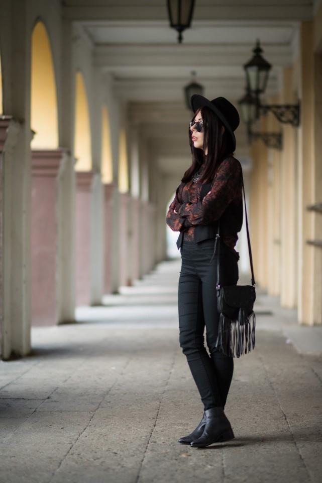 styl boho stylizacja boho z kapeluszem i lenonkami torebka z frędzlami C&A botki Buffalo London blogerka modowa blog o modzie