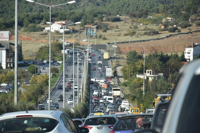 Επούλωση λακκουβών στην Περιφερειακή Οδό Θεσσαλονίκης