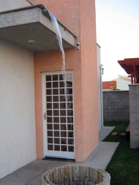 Cascata artificial: a água bombeada da chuva, armazenada em caixa específica sobre a laje de cobertura, alimenta o vaso de captação na fachada do imóvel.