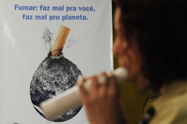 Visitantes e servidores da Câmara dos Deputados obtém informações sobre o tabagismo e realizam exames, como o de espirometria, em comemoração do Dia Mundial sem Tabaco