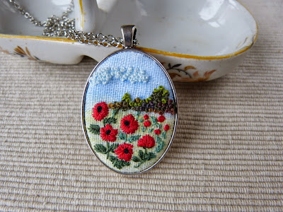embroidered pendant, haftowane maki, haftowany naszyjnik, naszyjnik z haftem, embroidered jewerly, naszyjnik vintage, medalion z haftem, handmade jewerly, embroidered necklace, vintage jewerly, biżuteria retro, haft na lnie,