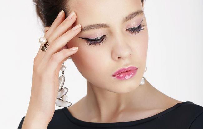 Donna sofferente di mal di testa