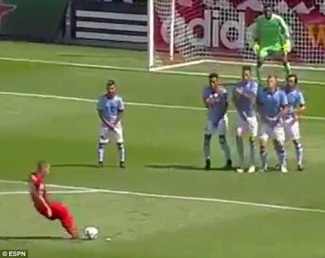 Andrea Pirlo né bóng bị ném đá tơi tả