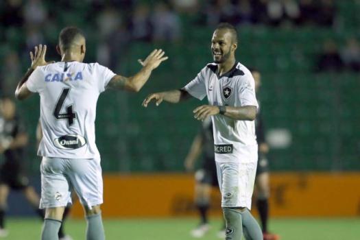 Botafogo vence com gol nos acréscimos e cola no G6