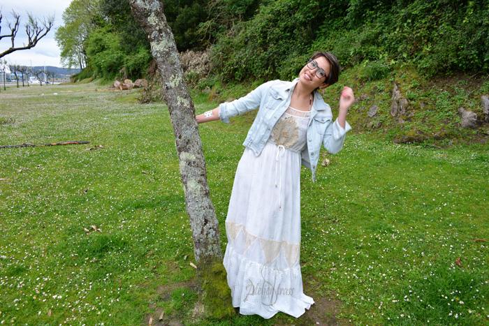 vestido blanco con cazadora denim