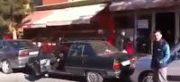 شاهد بالفيديو كيف اخرج  هاد الرجل  سيارته من بين السيارات