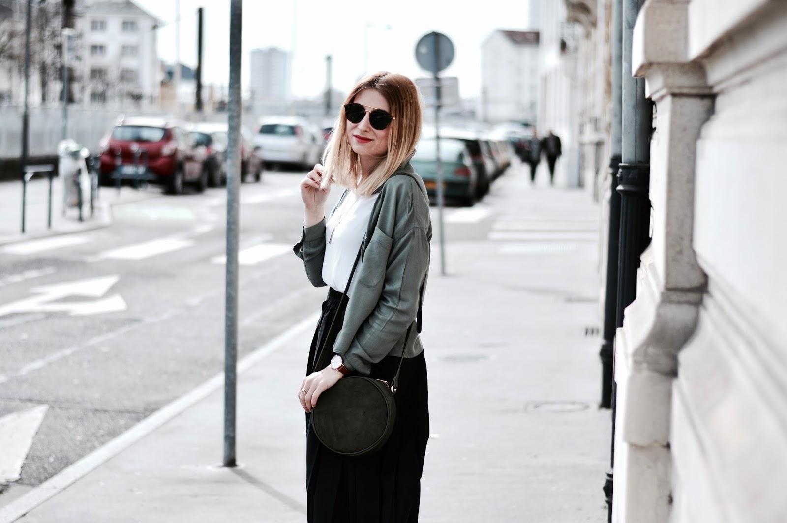 look femme printemps : jupe midi et chemise kaki