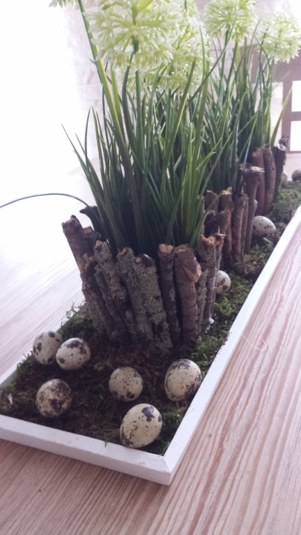 Tischdeko aus Moos, Eiern und Blumen