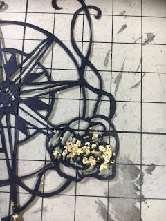 金粉がスティックのりで止まり過ぎた切り絵