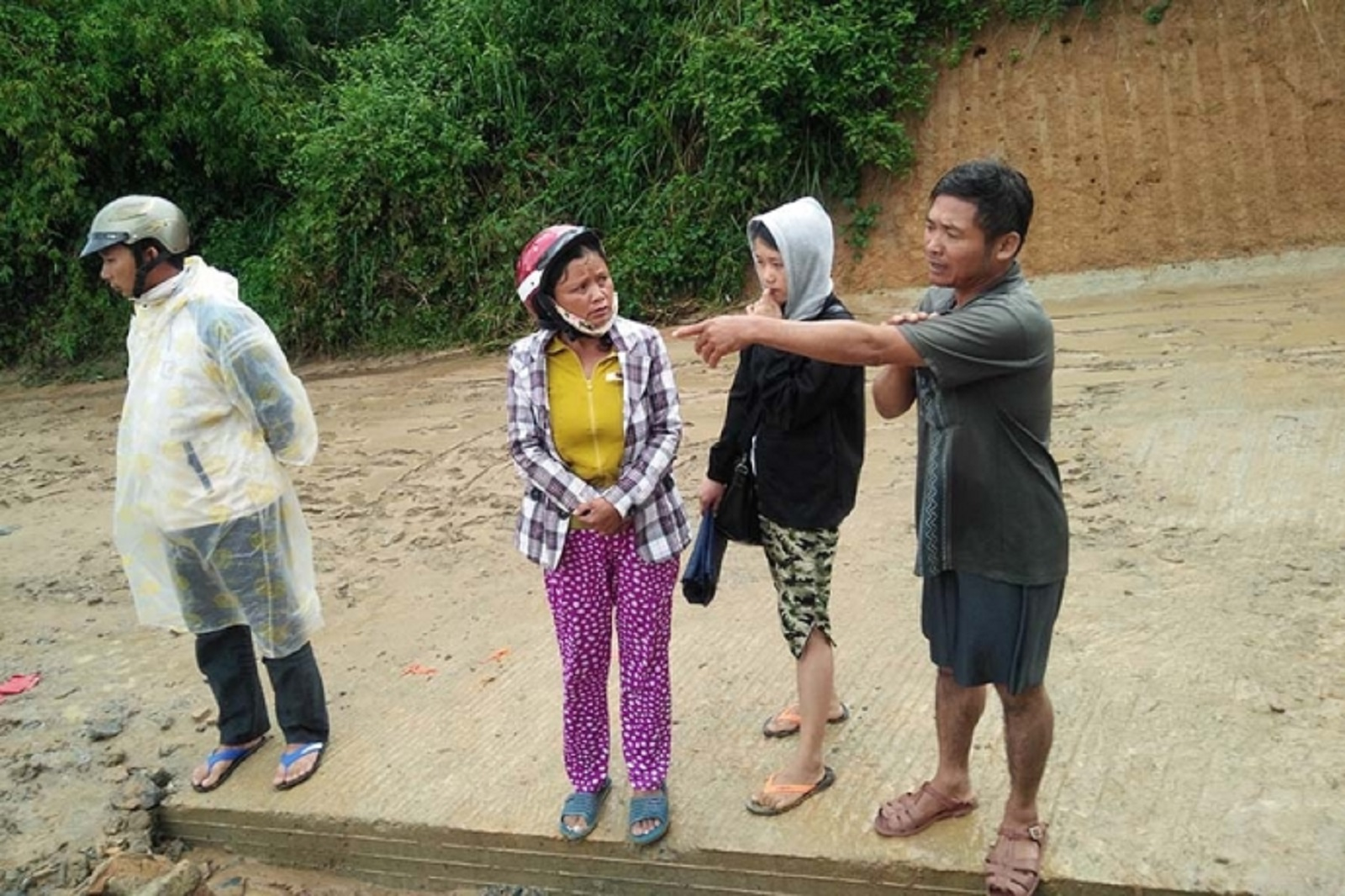 Gia Lai: Dùng chài lưới, đổ dầu nhớt xuống vực tìm học sinh nghi lũ cuốn