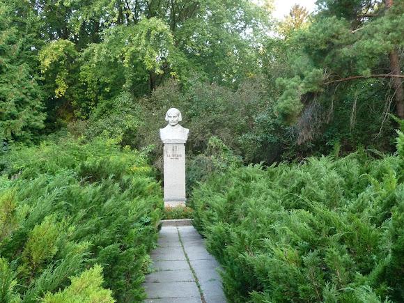 Ніжин. Пам'ятник М. В. Гоголю біля університету. 1975 р.