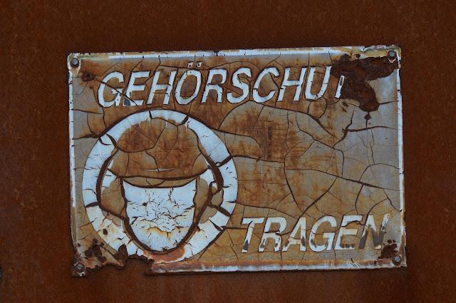 Völliger Hütte - Schild mit Hinweis auf Helmpflicht