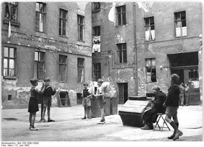 La cour d'une mietskaserne à Berlin