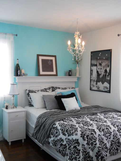quarto de casal azul, branco e preto