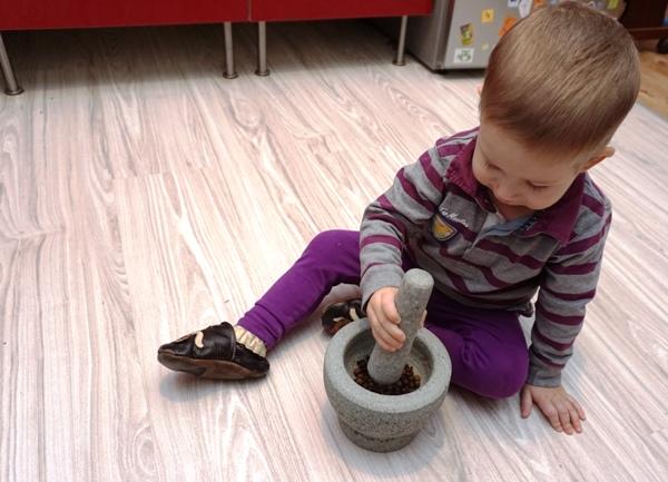 przygotowanie przypraw do pierników tradycyjnych na choinkę z dziećmi