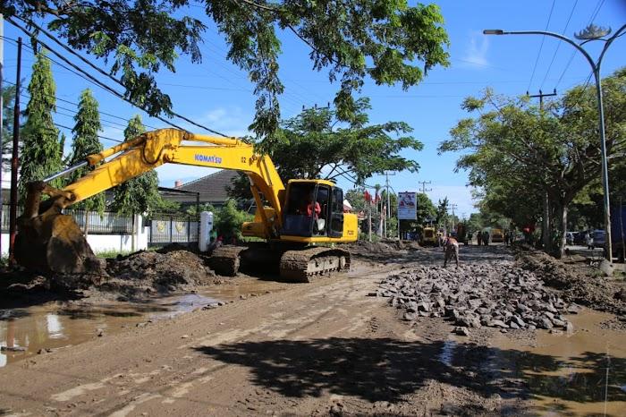 Gubernur Ridho Bergerak Cepat Perbaiki Jalan Ryacudu, Turunkan 4 Alat Berat untuk Lakukan Perbaikan