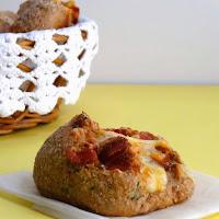 Pão integral de aveia com queijo, paio e cebolinho
