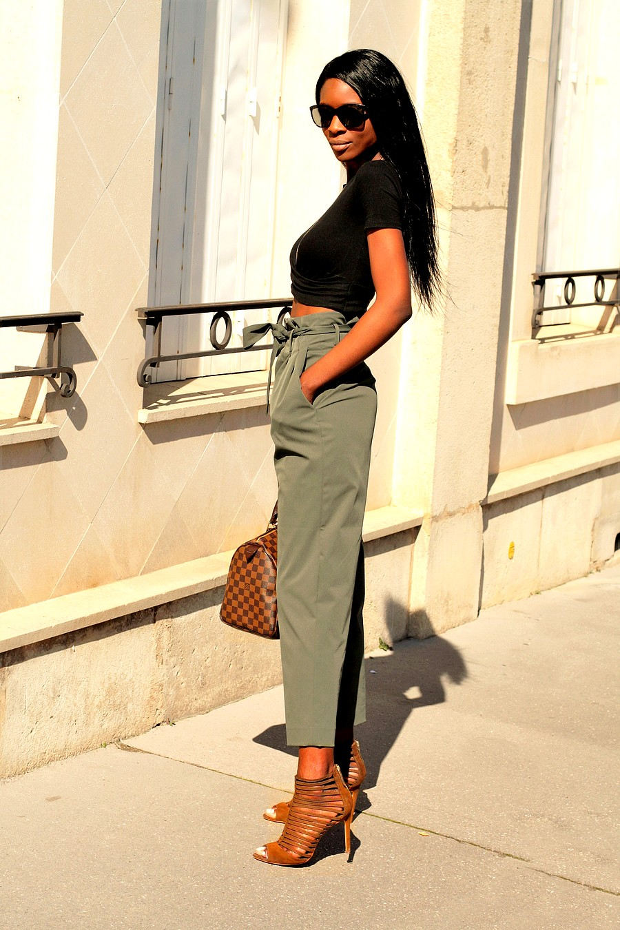 crop-top-pantalon-taille-haute-kaki-tenue-printemps