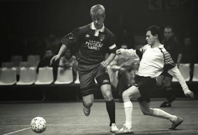 Sejarah Futsal        Futsal diciptakan di Montevideo, Uruguay pada tahun 1930, oleh Juan Carlos Ceriani. Keunikan futsal mendapat perhatian di seluruh Amerika Selatan, terutamanya di Brasil. Ketrampilan yang dikembangkan dalam permainan ini dapat dilihat dalam gaya terkenal dunia yang diperlihatkan pemain-pemain Brasil di luar ruangan, pada lapangan berukuran biasa. Pele, bintang terkenal Brasil, contohnya, mengembangkan bakatnya di futsal. Sementara Brasil terus menjadi pusat futsal dunia, permainan ini sekarang dimainkan di bawah perlindungan Fédération Internationale de Football Association di seluruh dunia, dari Eropa hingga Amerika Tengah dan Amerika Utara serta Afrika, Asia, dan Oseania.     Pertandingan internasional pertama diadakan pada tahun 1965, Paraguay menjuarai Piala Amerika Selatan pertama. Enam perebutan Piala Amerika Selatan berikutnya diselenggarakan hingga tahun 1979, dan semua gelaran juara disapu habis Brasil. Brasil meneruskan dominasinya dengan meraih Piala Pan Amerika pertama tahun 1980 dan memenangkannya lagi pada perebutan berikutnya tahun pd 1984. Kejuaraan Dunia Futsal pertama diadakan atas bantuan FIFUSA (sebelum anggota-anggotanya bergabung dengan FIFA pada tahun 1989) di Sao Paulo, Brasil, tahun 1982, berakhir dengan Brasil di posisi pertama. Brasil mengulangi kemenangannya di Kejuaraan Dunia kedua tahun 1985 di Spanyol, tetapi menderita kekalahan dari Paraguay dalam Kejuaraan Dunia ketiga