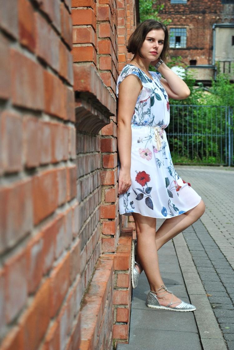 Letnia sukienka w kwiaty [STYLIZACJA]