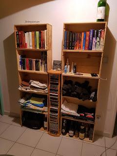Meuble de couloir peu encombrant (profondeur de 14cm) réalisé avec des caisses de vin en bois.