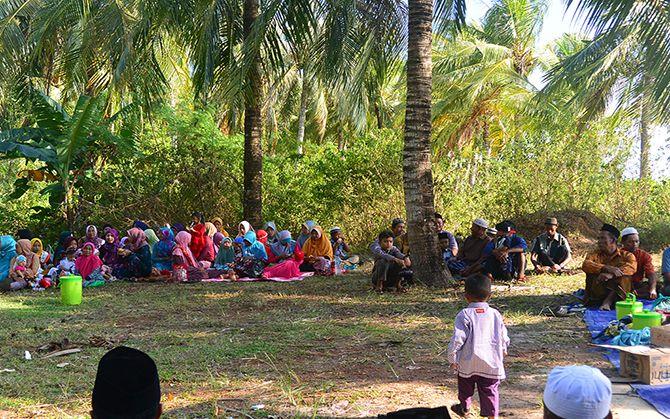 Warga Jelamun mulai berkumpul di Pantai Hadirin