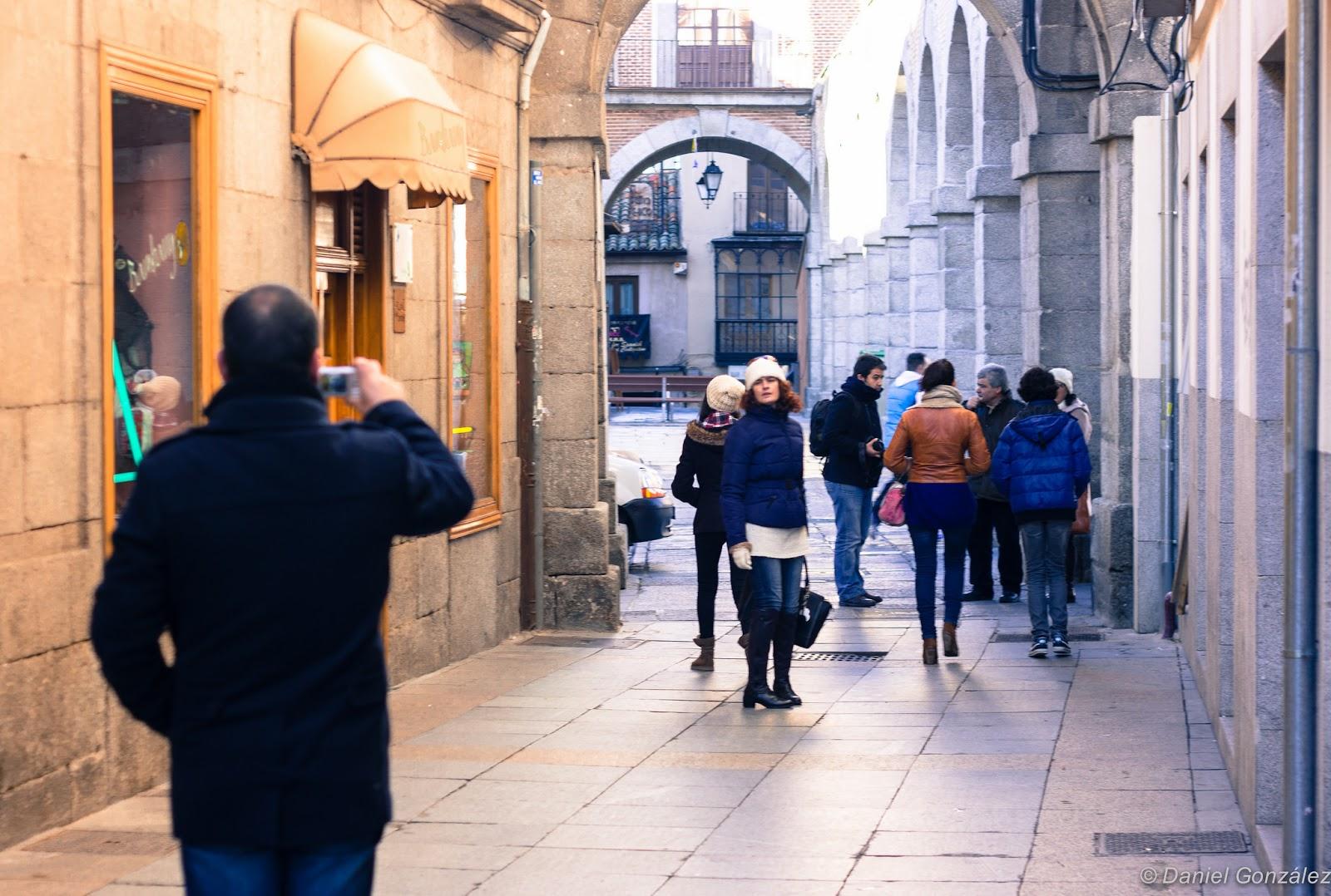 Turistas haciendo fotos, Mercado Chico, Avila 2014
