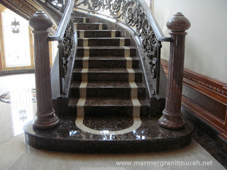 detail tangga marmer dark emperador